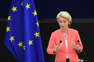 Euroopan komission puheenjohtaja Ursula von der Leyen pitämässä puhetta